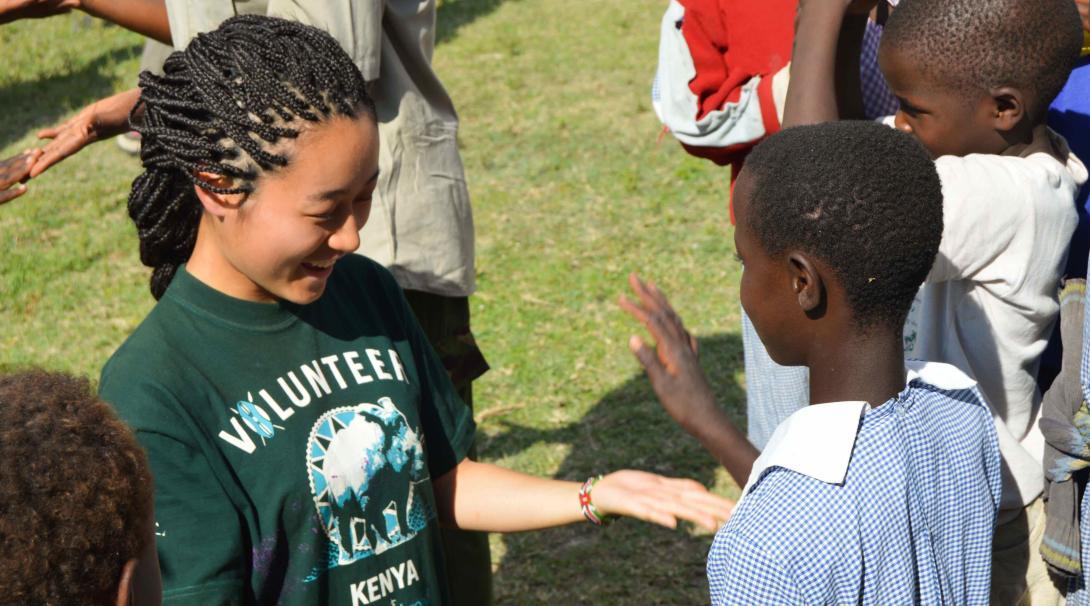 Voluntarios ambientales hablando con kenianos sobre la importancia de la conservación.